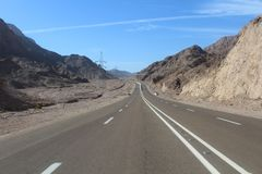 葡萄酒定了调子风景沙漠高速公路在日落 免版税库存图片