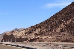 葡萄酒定了调子风景沙漠高速公路在日落 免版税库存照片