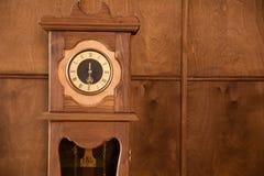葡萄酒室外时钟的特写镜头 库存照片