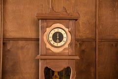 葡萄酒室外时钟的特写镜头 库存图片