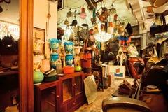 葡萄酒家具和古董在普遍的旧货店 免版税库存照片