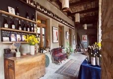 葡萄酒家具和许多酒瓶在餐馆里面老大厦的在英王乔治一世至三世时期样式 免版税库存照片