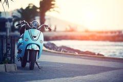 葡萄酒小型摩托车大黄蜂类,在Buyukada,日落的伊斯坦布尔pictursque码头的传统自行车  免版税图库摄影