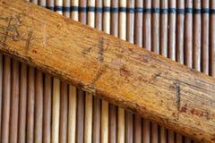 葡萄酒小弦槌把柄在木桌背景的 库存图片
