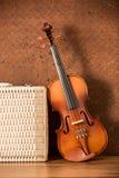 葡萄酒小提琴和行李 免版税库存图片