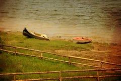 葡萄酒小船和湖 免版税库存照片