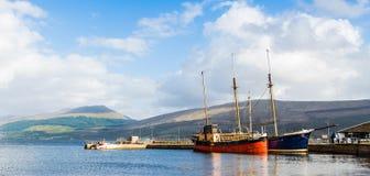 葡萄酒小船在Inveraray港口,苏格兰靠了码头 免版税库存照片