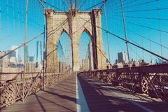 葡萄酒布鲁克林大桥彩色视图有大梁细节的和 库存图片