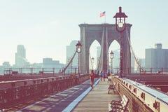 葡萄酒布鲁克林大桥彩色视图有大梁细节的和 免版税图库摄影