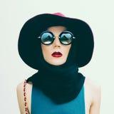 葡萄酒帽子的迷人的夫人和太阳镜趋向 时尚口岸 免版税库存照片
