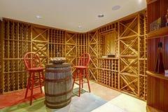 葡萄酒库内部在地下室屋子里 免版税图库摄影