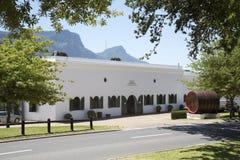 葡萄酒库和营业部在开普敦南部非洲附近的Constantia 库存照片