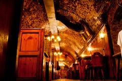 葡萄酒库安排了在与木选项的酒吧下 免版税库存照片