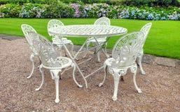 葡萄酒庭院表和椅子 免版税库存图片