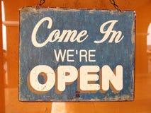 葡萄酒开放标志板词`进来我们关于开放`的` 库存照片