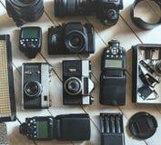 葡萄酒影片和DSLR照相机,在白色木背景技术开发概念的照片辅助部件 顶视图 库存照片