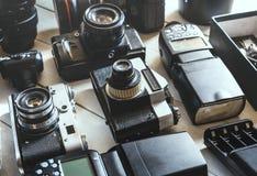 葡萄酒影片照相机、数字照相机、辅助部件和透镜技术开发概念 特写镜头 免版税库存图片