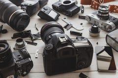 葡萄酒影片照相机、数字照相机和智能手机技术开发概念 特写镜头 免版税库存图片