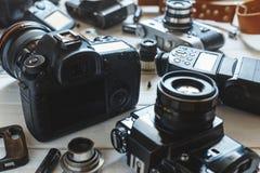 葡萄酒影片照相机、DSLR照相机和智能手机技术开发概念 特写镜头 免版税库存图片