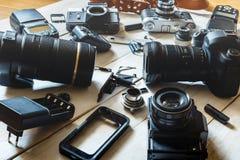 葡萄酒影片照相机、DSLR照相机和智能手机技术开发概念 特写镜头 库存照片
