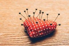 葡萄酒心脏和针在木书桌上 背景蓝色框概念概念性日礼品重点查出珠宝信函生活纤管红色仍然被塑造的华伦泰 免版税库存图片