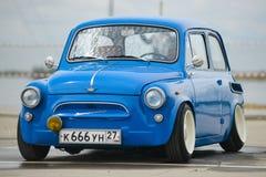 葡萄酒恢复了并且调整了蓝色ZAZ-965 Zaporozhets汽车 免版税库存图片