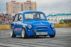葡萄酒恢复了并且调整了蓝色ZAZ-965 Zaporozhets汽车 免版税库存照片