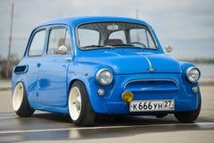 葡萄酒恢复了并且调整了蓝色ZAZ-965 Zaporozhets汽车 库存照片