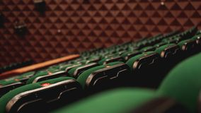 葡萄酒戏院剧院电影观众减速火箭的安装的位子,绿色,没人 免版税库存照片