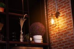 葡萄酒或减速火箭的灯在老墙壁上在家,感到浪漫在老家有减速火箭的光的,照明设备在内部家 库存图片