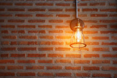 葡萄酒或减速火箭的灯在老墙壁上在家,感到浪漫在老家有减速火箭的光的,照明设备在内部家 库存照片