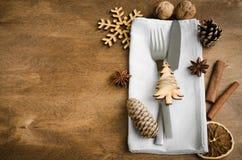 葡萄酒或土气圣诞节桌设置从上面 在餐巾的利器在乡村模式土气木的背景- 库存照片
