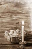 葡萄酒或破旧的别致的圣诞节背景与一燃烧能 库存照片