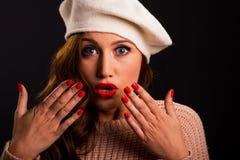 葡萄酒戴贝雷帽帽子的美丽的少妇样式画象  免版税库存图片