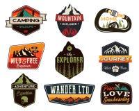 葡萄酒户外商标集合 手拉的山旅行徽章,野生生物象征 野营的标签概念 探险家 库存例证