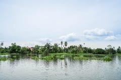 葡萄酒房子和庭院农村的横跨河 免版税库存图片