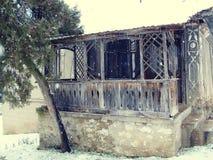 葡萄酒房子在多雪的天 免版税图库摄影