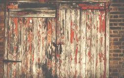 葡萄酒房子的外面车库门在Islington伦敦英国 免版税库存照片