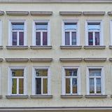 葡萄酒房子门面窗口样式 免版税库存照片