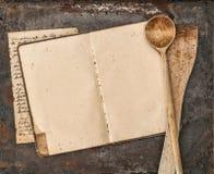 葡萄酒手写的食谱书和老厨房器物 免版税图库摄影