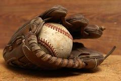 葡萄酒手套和棒球 免版税库存照片