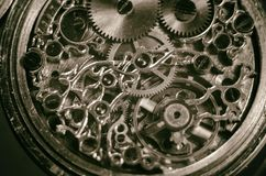 葡萄酒手工制造古色古香的机械怀表、钟表机构老机械手表、高分辨率和细节,冬天的骨骼 免版税库存照片