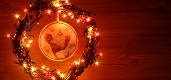 葡萄酒手工制造工艺雄鸡decoupage 新年快乐和圣诞快乐假日模板卡片 库存照片