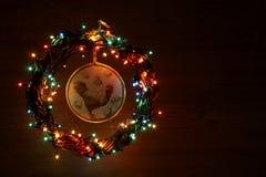 葡萄酒手工制造工艺雄鸡decoupage 新年快乐和圣诞快乐假日模板卡片 免版税库存图片