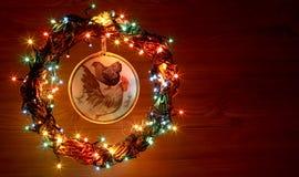 葡萄酒手工制造工艺雄鸡decoupage 新年快乐和圣诞快乐假日模板卡片 免版税库存照片