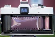 葡萄酒手工焦点35mm SLR影片照相机被打开的装货 免版税库存图片