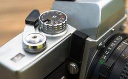 葡萄酒手工焦点35mm SLR照相机风杠杆反光镜 免版税库存图片