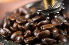 葡萄酒手工磨咖啡器用咖啡豆 免版税库存图片