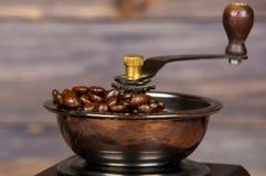 葡萄酒手工磨咖啡器用咖啡豆 免版税库存照片