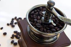 葡萄酒手工磨咖啡器用在白色背景隔绝的咖啡豆 免版税图库摄影